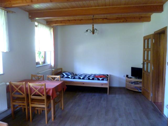Apartmán 5, jídelní stůl